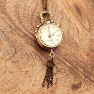 Obesek Starinska ura z mehanizmom in rimskimi številkami