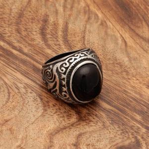 Srednjeveški prstan s črnim kamnom in spiralnimi viticami
