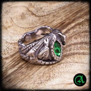 Prstan z zelenim kristalom