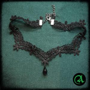 Črna čipkasta ogrlica