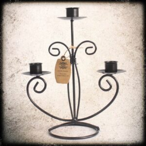 črni železni svečnik za tri sveče