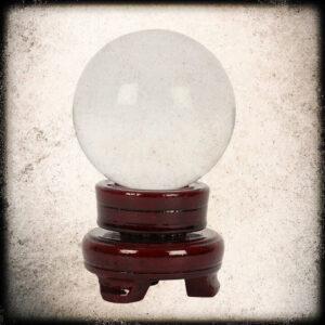 kristalna krogla na stojalu